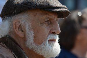 hombre con barba blanca