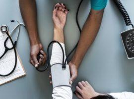 Sangrado nasal repentino con presión arterial alta